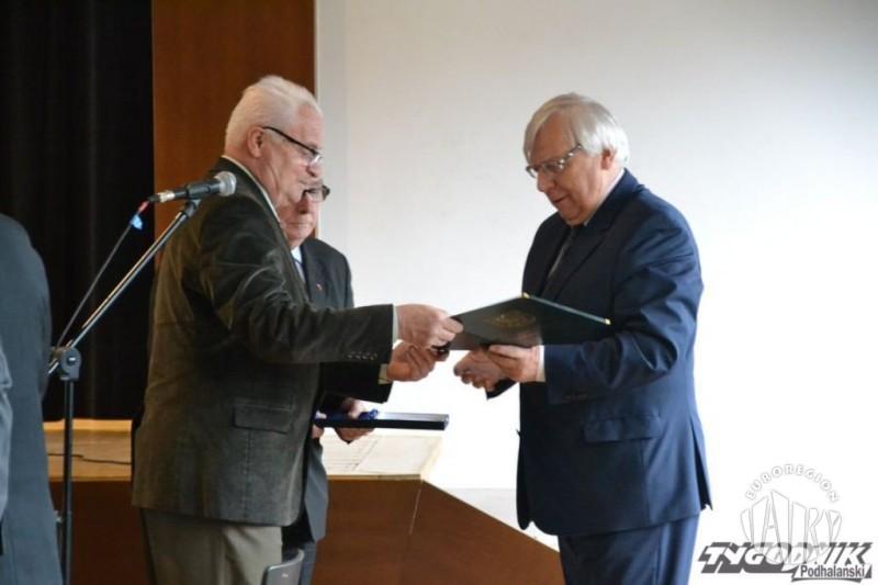 """Antoni Nowak - wieloletni Dyrektor Biura Związku Euroregion """"Tatry"""" i Honorowy Członek Euroregionu """"Tatry"""" otrzymał medal od Gminy Czarny Dunajec"""