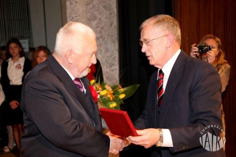 """Medal Za Szczególne Zasługi dla Miasta Nowego Targu dla Honorowego Prezesa Euroregionu """"Tatry"""" Wendelina Habera"""