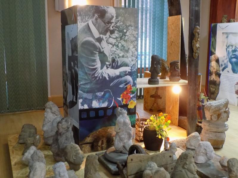 """Wernisaż wystawy rzeźb Edwarda Sutora pt. """"Szukający głowy""""."""