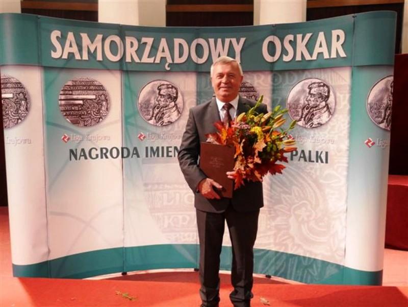 """Przewodniczący Rady Związku Euroregion """"Tatry"""" Antoni Karlak otrzymał Nagrodę Samorządowy Oskar"""