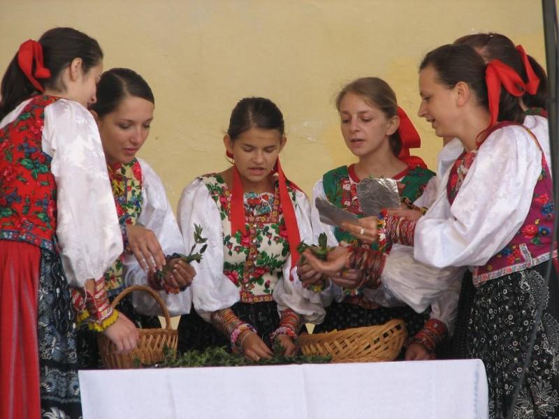 Prezentacja tradycyjnego rzemiosła, folkloru i kuchni siedmiu kultur pogranicza polsko-słowackiego na dziedzińcu Zamku w Kieżmarku